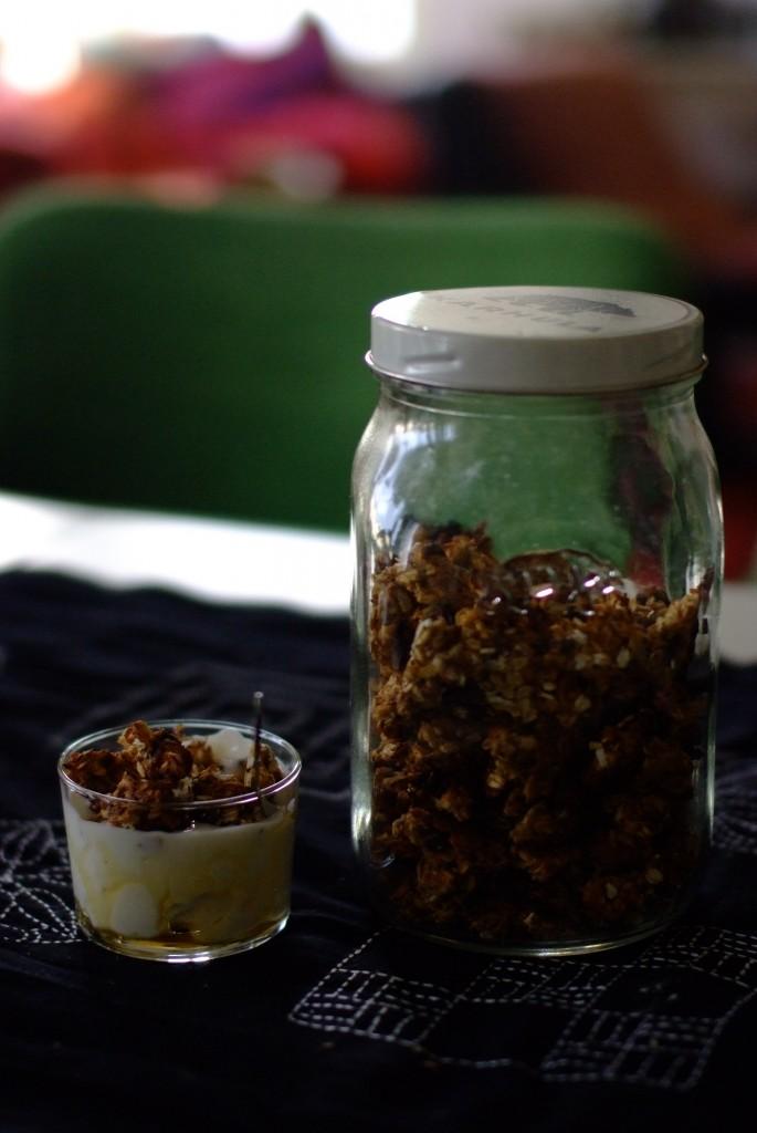 Itse viljeltyä ja paahdettua granolaa. Maaseutu hyökkää stadilaiseen aamiaispöytään ihanasti.