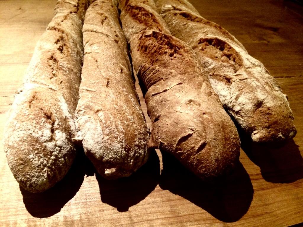 Spelttipatonkia Oma maan luomuleipomosta. Leivoimme niin ison satsin, että patonkia voi ostaa kahvilalta muutkin kuin ruokajäsenet.